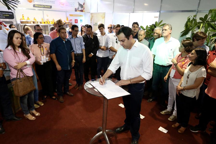 Paulo Câmara anuncia conjunto de ações e fortalece agropecuária de Pernambuco