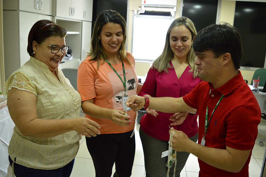 Mulheres recebem flores e glíter na entrada do Ceasa em comemoração ao Dia da Mulher