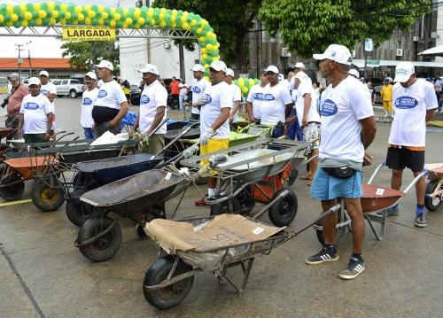 Ceasa comemora 57 anos com corte de bolo e corrida de carro-de-mão